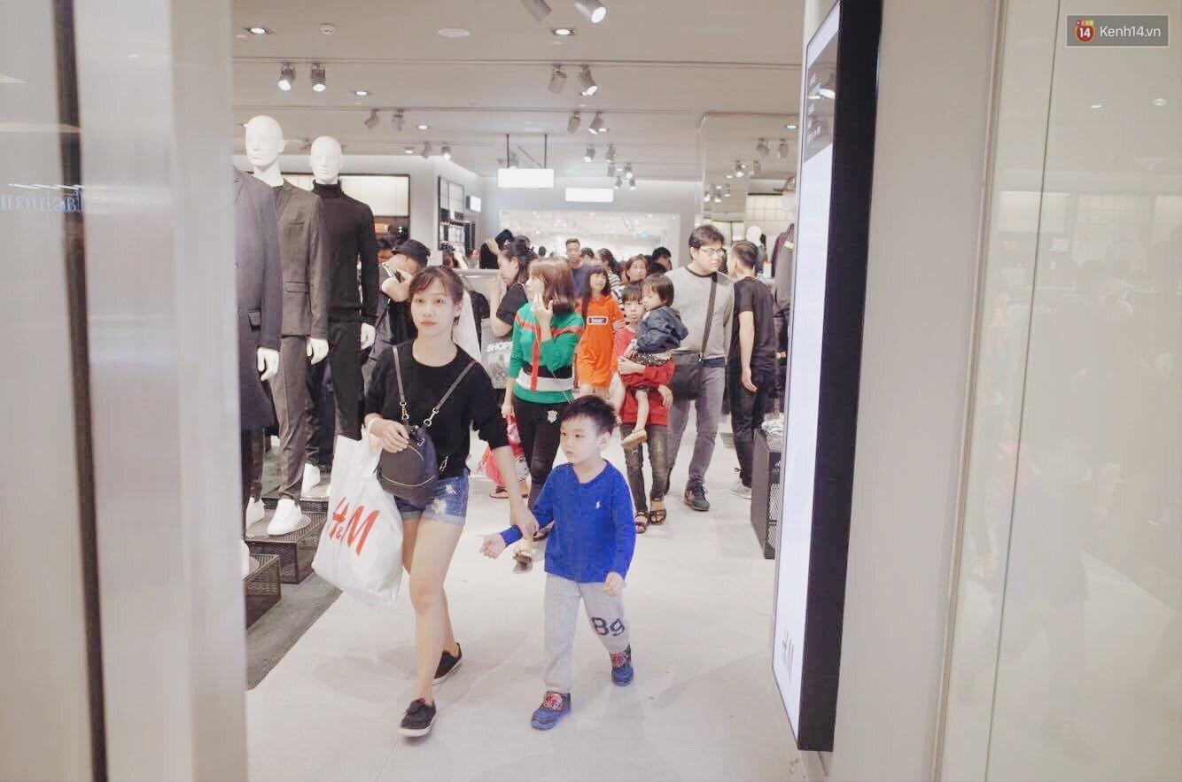 Sau ngày khai trương, store H&M Hà Nội bớt đông đúc nhưng khách vẫn xếp hàng dài chờ vào mua sắm - Ảnh 12.