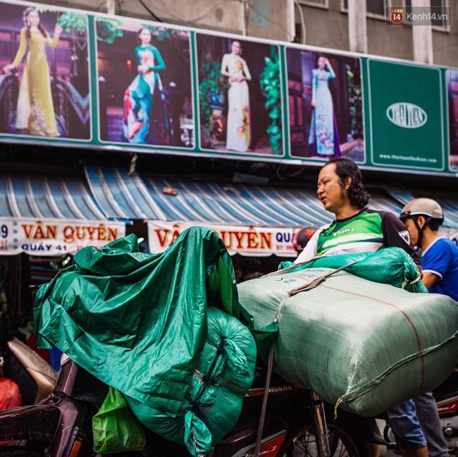 Chùm ảnh: Ghé thăm chợ Soái Kình Lâm - thiên đường vải vóc lâu đời và nhộn nhịp nhất ở Sài Gòn - Ảnh 8.