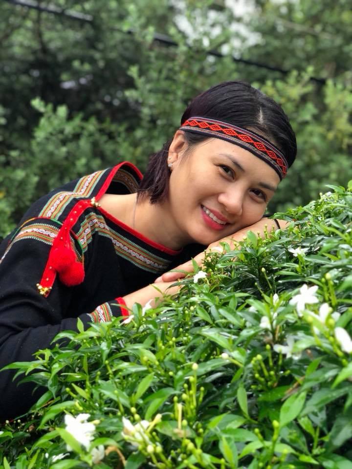 Hoa khôi bóng chuyền Kim Huệ hóa sơn nữ xinh đẹp giữa núi rừng Tây Nguyên - Ảnh 2.