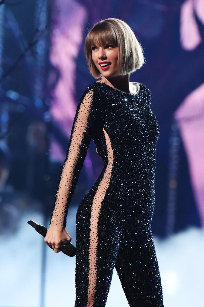 Liên tục lên sân khấu với trang phục vừa lôi thôi vừa dìm dáng, chuyện gì đã xảy ra với Taylor Swift luôn đẹp vậy? - Ảnh 10.