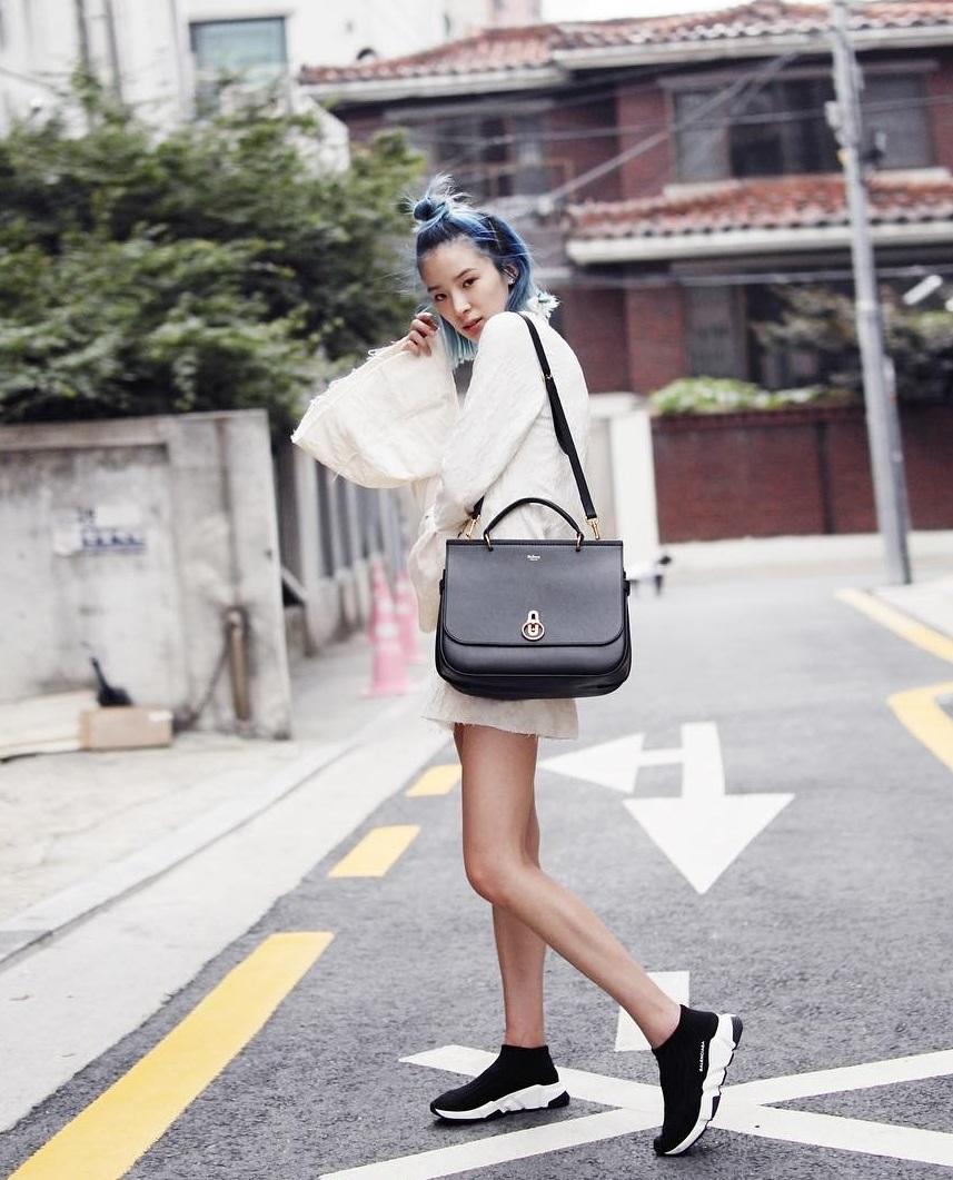 Trông hết sức bình thường nhưng chiếc túi hàng hiệu này lại đang được loạt Hoa ngữ và các fashionista thi nhau diện - Ảnh 9.