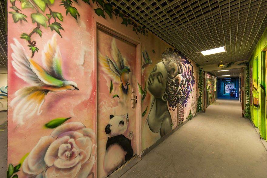 Các họa sĩ graffiti biến ký túc xá bỏ hoang thành triển lãm tranh nghệ thuật - Ảnh 13.