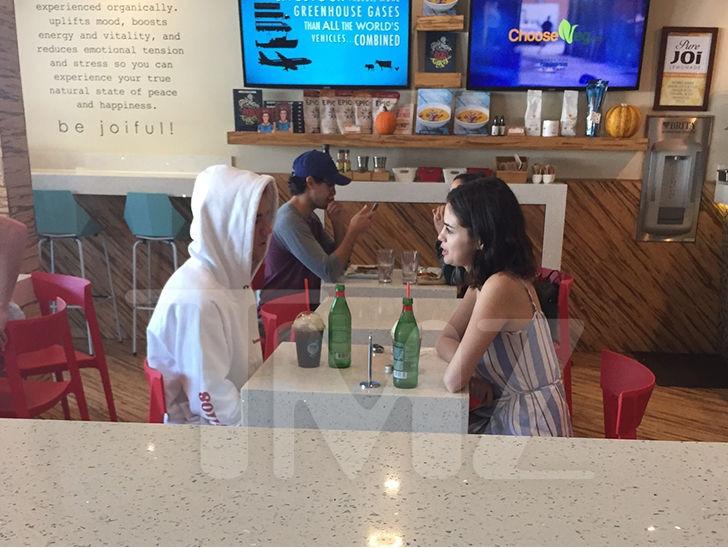 Selena Gomez và Justin Bieber tiếp tục bị bắt gặp đi ăn chỉ có 2 người trong lúc The Weeknd đi vắng - Ảnh 1.