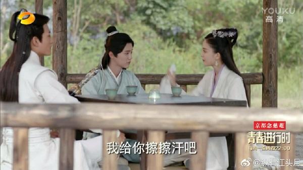 Cổ Lực Na Trát sẽ có ngày vẹo cổ nếu cứ tựa vào vai Luhan như thế! - Ảnh 9.