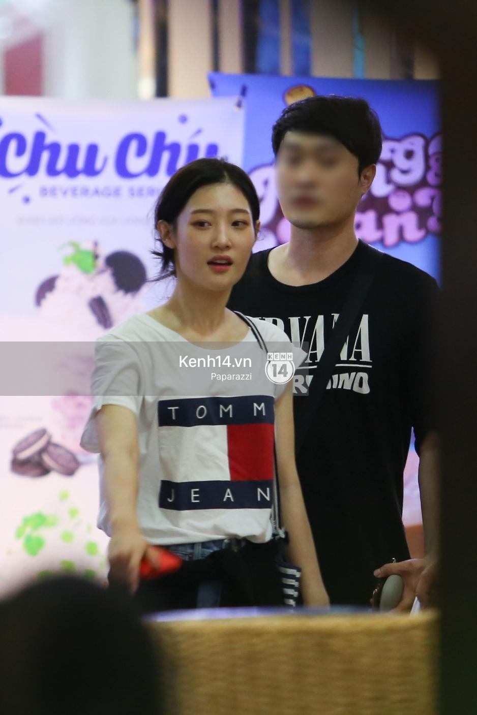 Nữ thần sắc đẹp thế hệ mới Jung Chae Yeon thoải mái đi mua sắm và ăn kem ở trung tâm thương mại đông người tại Việt Nam - Ảnh 10.