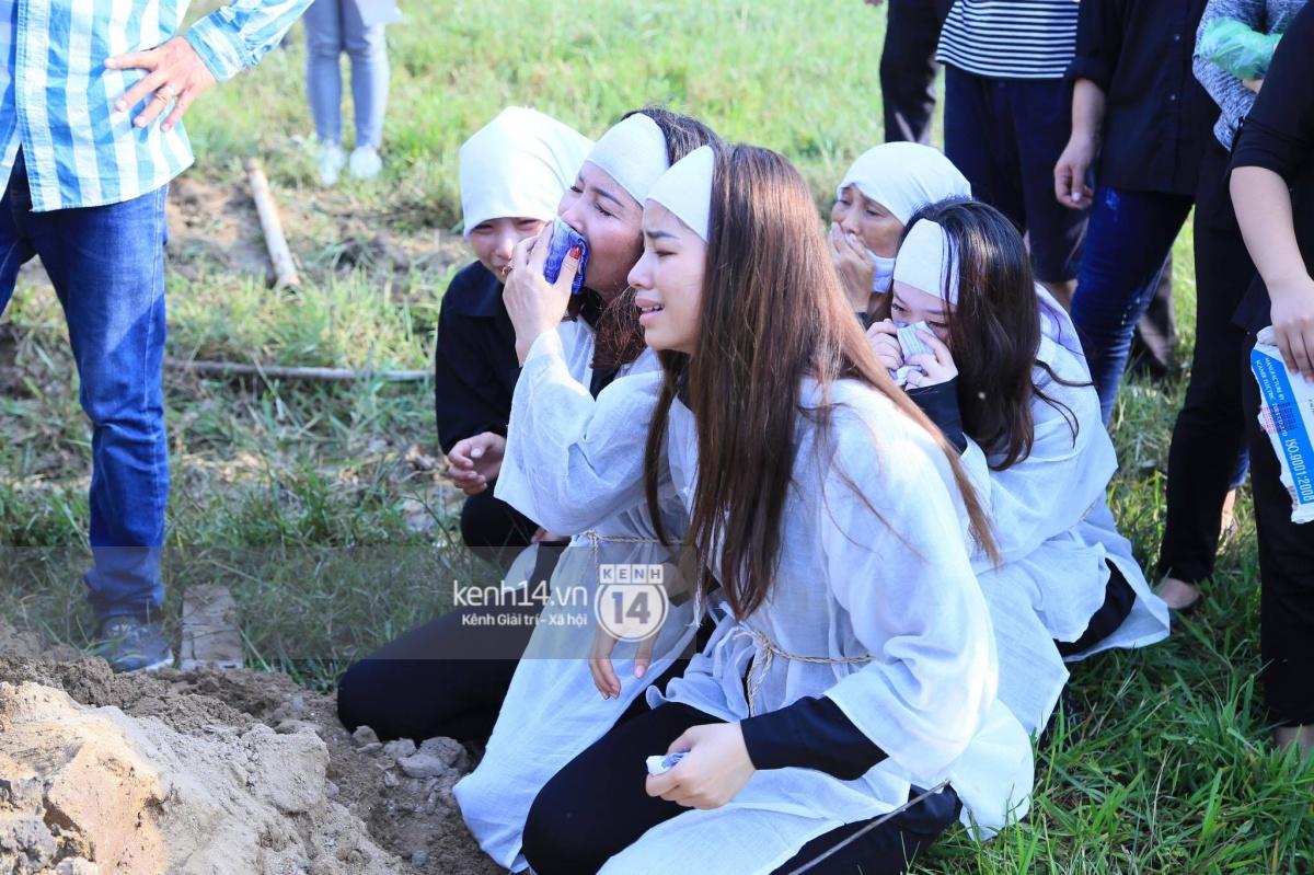Phạm Hương khóc nấc quỳ bên mộ bố đau đớn nói lời vĩnh biệt - Ảnh 9.