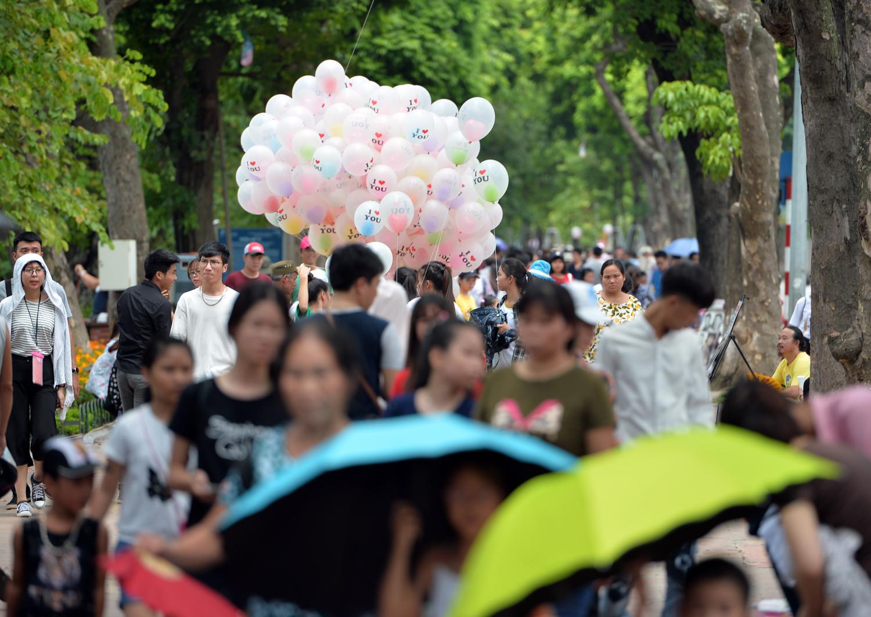 Chùm ảnh: Biển người đổ về khu vui chơi ở Hà Nội trong ngày đầu nghỉ lễ Quốc khánh - Ảnh 11.