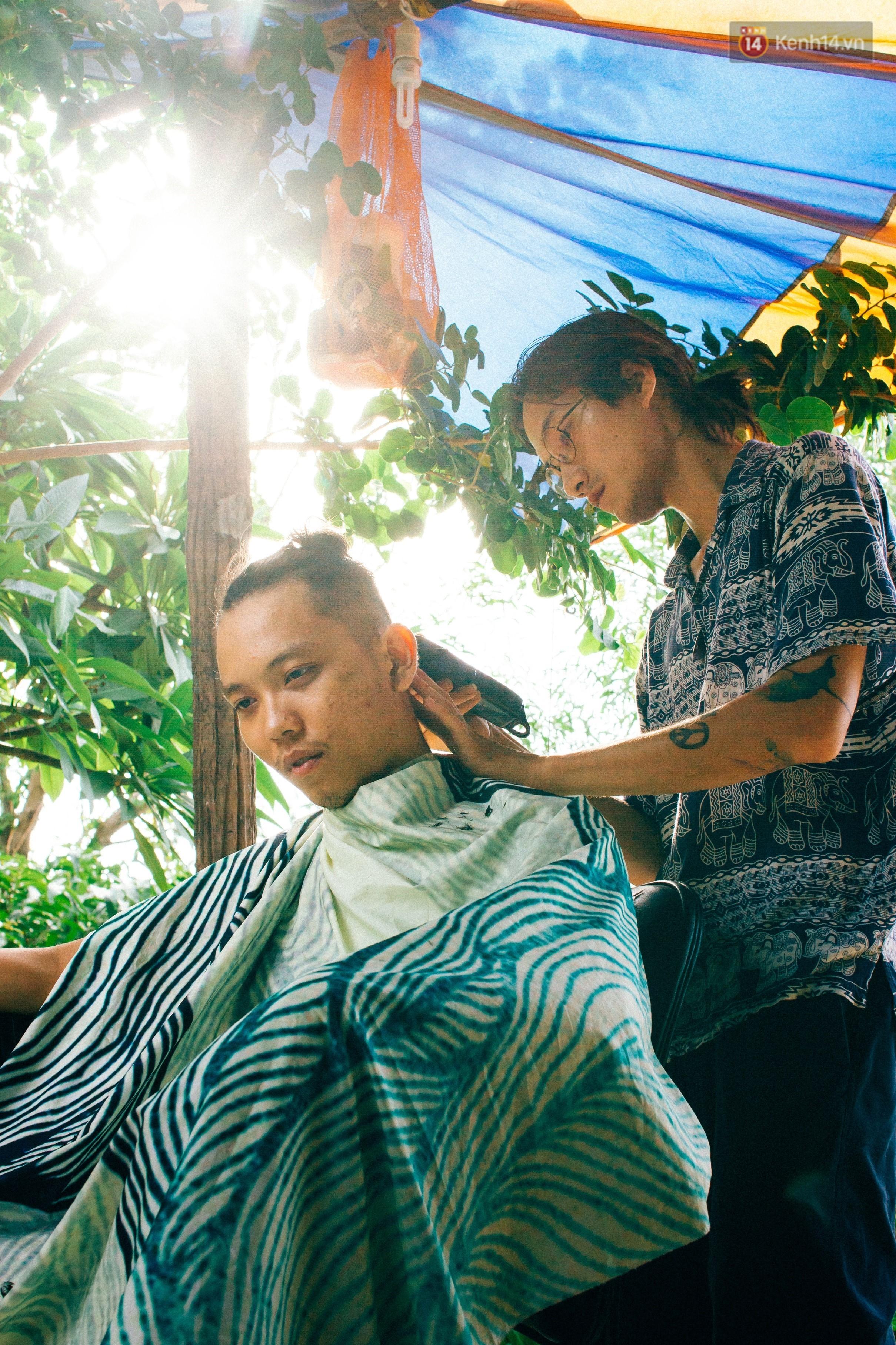 Chuyện về chàng trai Vũng Tàu bỏ phố lên rừng để mở tiệm tóc trong túp lều độc đáo bên triền dốc - Ảnh 1.