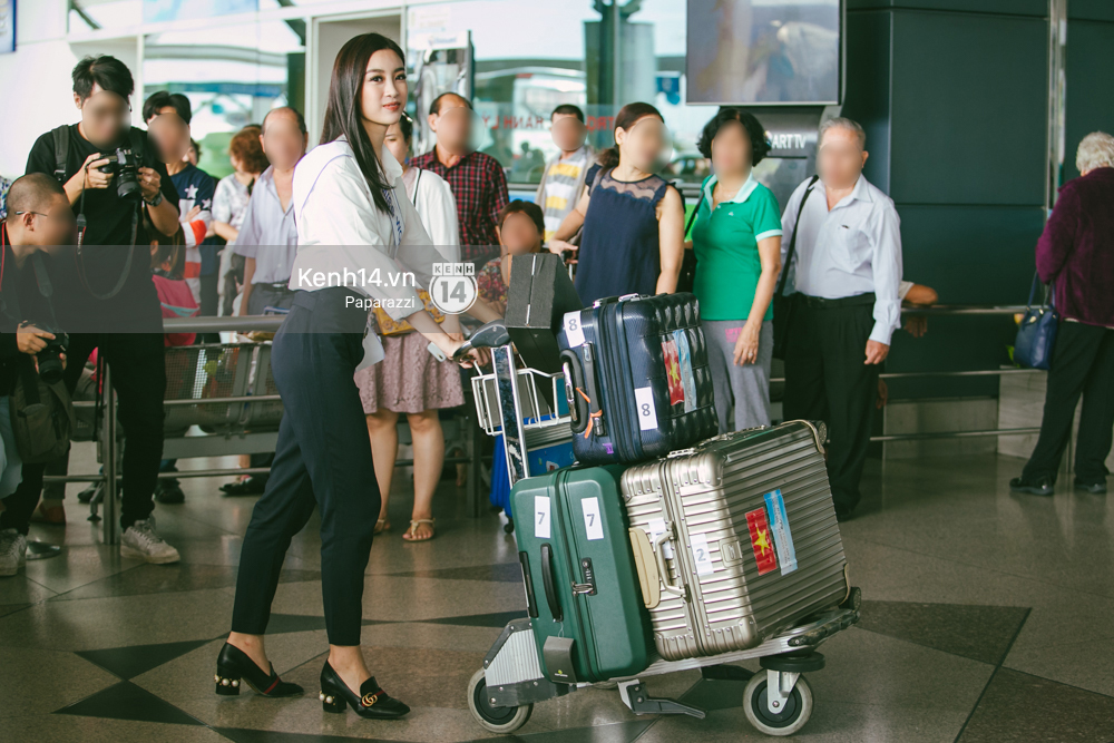 Hoa hậu Mỹ Linh diện trang phục đơn giản, tươi tắn bên mẹ và người hâm mộ tại sân bay Tân Sơn Nhất - Ảnh 11.