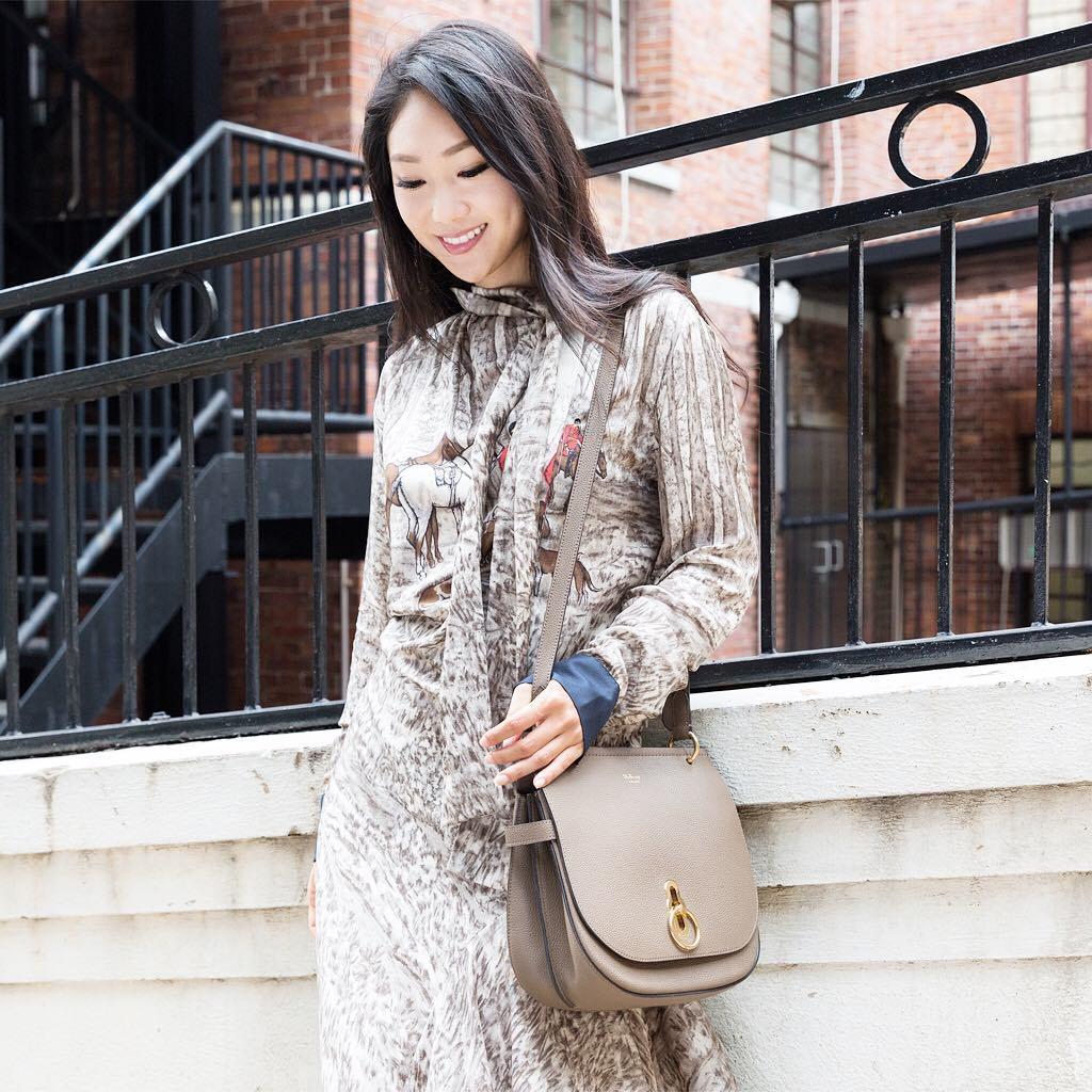 Trông hết sức bình thường nhưng chiếc túi hàng hiệu này lại đang được loạt Hoa ngữ và các fashionista thi nhau diện - Ảnh 10.