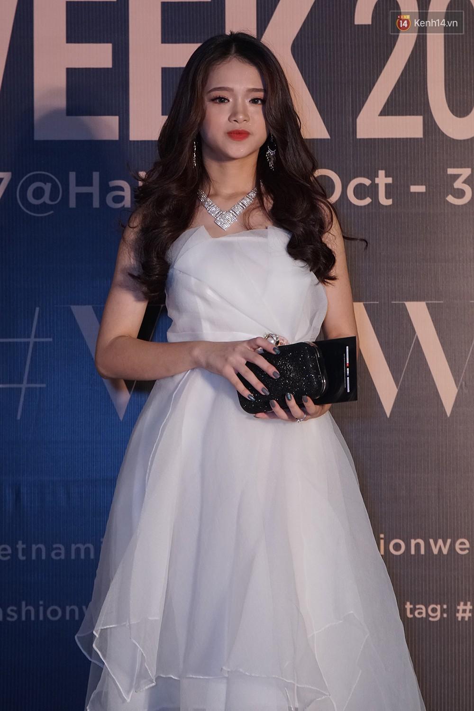 Thảm đỏ VIFW ngày 2: Giữa một dàn hot girl áo dài Quỳnh Anh Shyn, Salim... bỗng xuất hiện Linh Ka mặc váy trắng công chúa - Ảnh 7.
