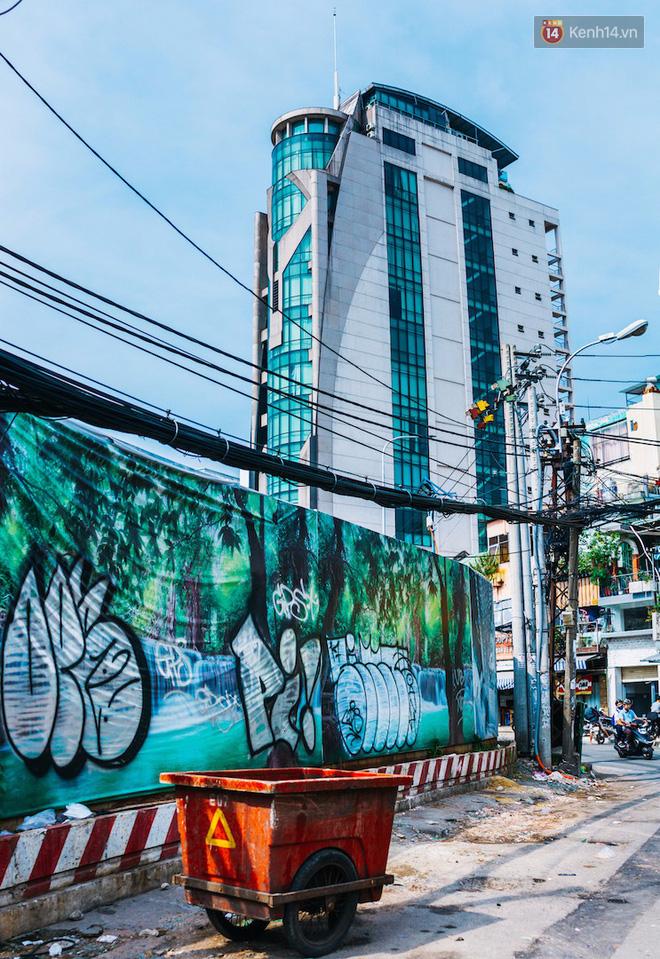 Khi graffiti nửa mùa xuất hiện tràn lan ở Sài Gòn: Đến cả những tấm pano rất đẹp cũng đã bị bôi bẩn - Ảnh 4.