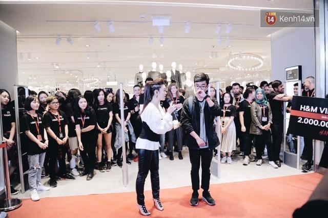 Khai trương H&M Hà Nội: Có hơn 2.000 người đổ về, các bạn trẻ vẫn phải xếp hàng dài chờ được vào mua sắm - Ảnh 11.