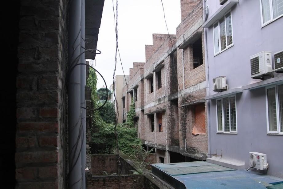 Nhiều kim tiêm dính máu bị vứt tràn lan trong khu biệt thự tiền tỷ ở Hà Nội - Ảnh 1.