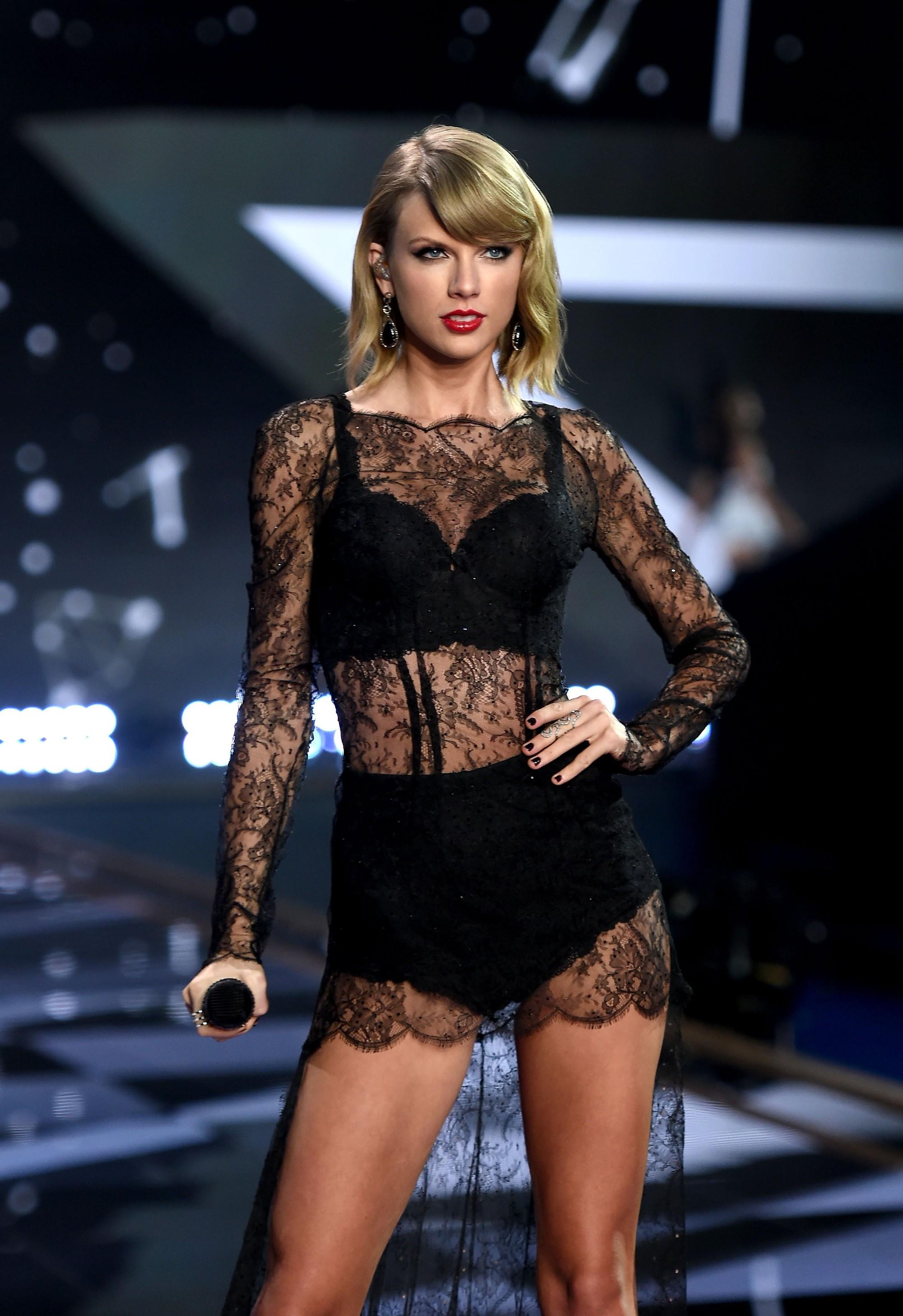 Liên tục lên sân khấu với trang phục vừa lôi thôi vừa dìm dáng, chuyện gì đã xảy ra với Taylor Swift luôn đẹp vậy? - Ảnh 11.