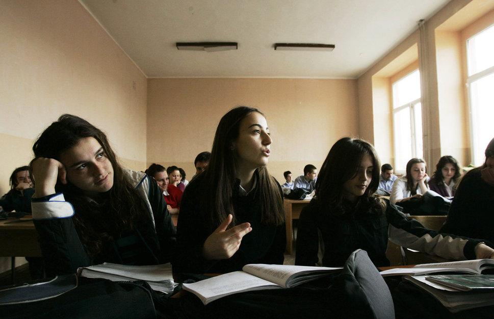 Quốc tế con gái 11/10: Hành trình đến trường gian nan của những bé gái trên toàn thế giới - Ảnh 2.