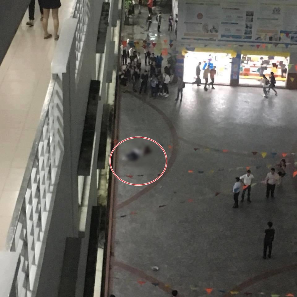 Trường Hutech đóng kín cổng sau khi một nam sinh viên tử vong thương tâm nghi do bê tông từ trên cao rơi trúng đầu - Ảnh 1.