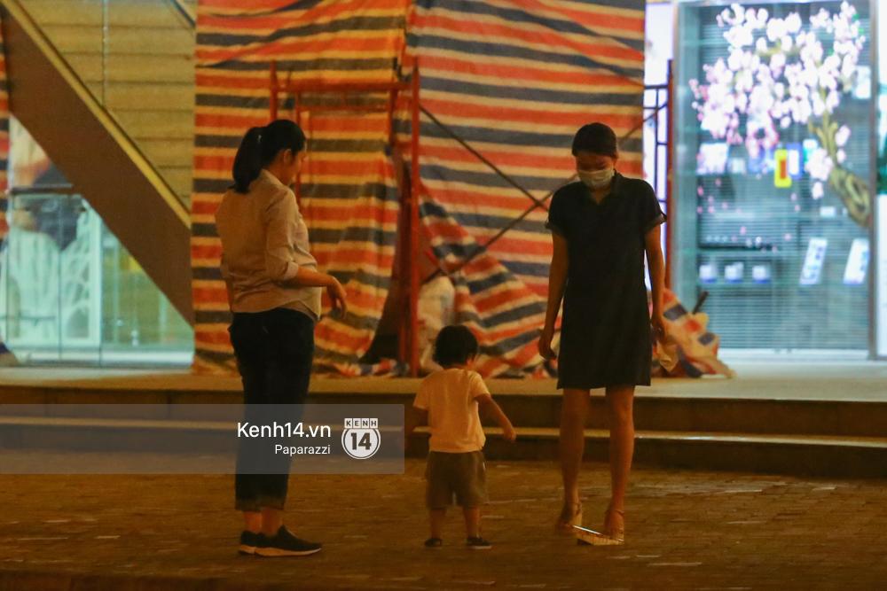 Mang thai gần 9 tháng, Hà Tăng vẫn vui vẻ bồng bế con trai đi chơi sau giờ làm - Ảnh 11.