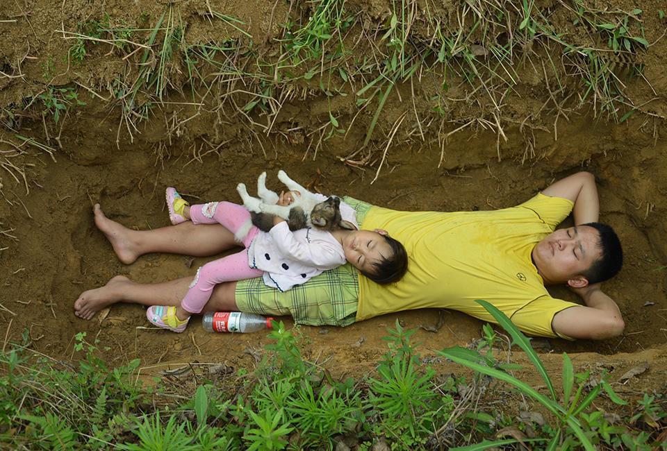Biết con gái chẳng còn sống được bao lâu, ông bố trẻ nuốt nước mắt tự tay đào mồ cho con dần thích nghi - Ảnh 5.