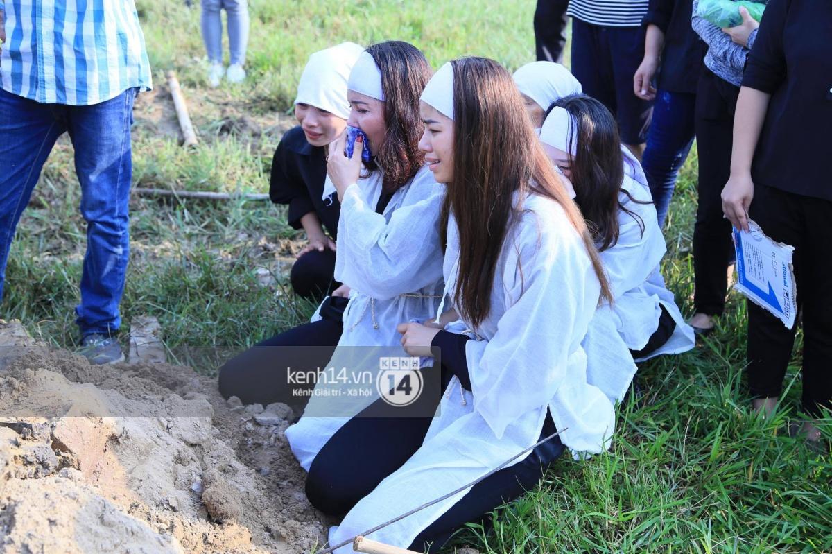Phạm Hương khóc nấc quỳ bên mộ bố đau đớn nói lời vĩnh biệt - Ảnh 10.