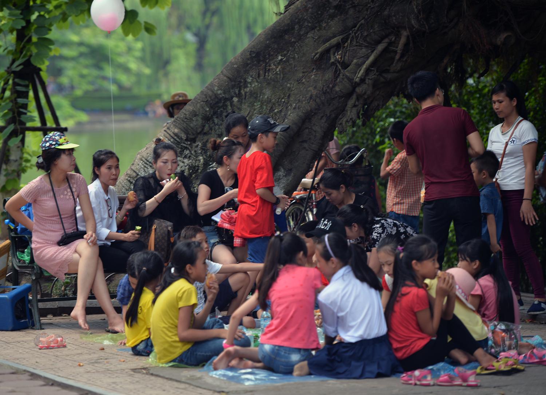 Chùm ảnh: Biển người đổ về khu vui chơi ở Hà Nội trong ngày đầu nghỉ lễ Quốc khánh - Ảnh 12.