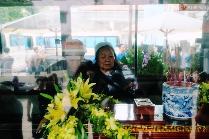 Hình ảnh khiến ai cũng rơi nước mắt: Vợ thầy Văn Như Cương ngồi khóc bên linh cữu, không thể đứng vững khi cử hành tang lễ - Ảnh 4.