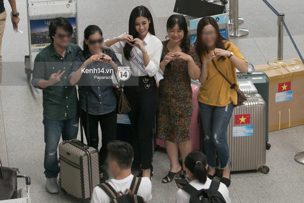 Hoa hậu Mỹ Linh diện trang phục đơn giản, tươi tắn bên mẹ và người hâm mộ tại sân bay Tân Sơn Nhất - Ảnh 12.