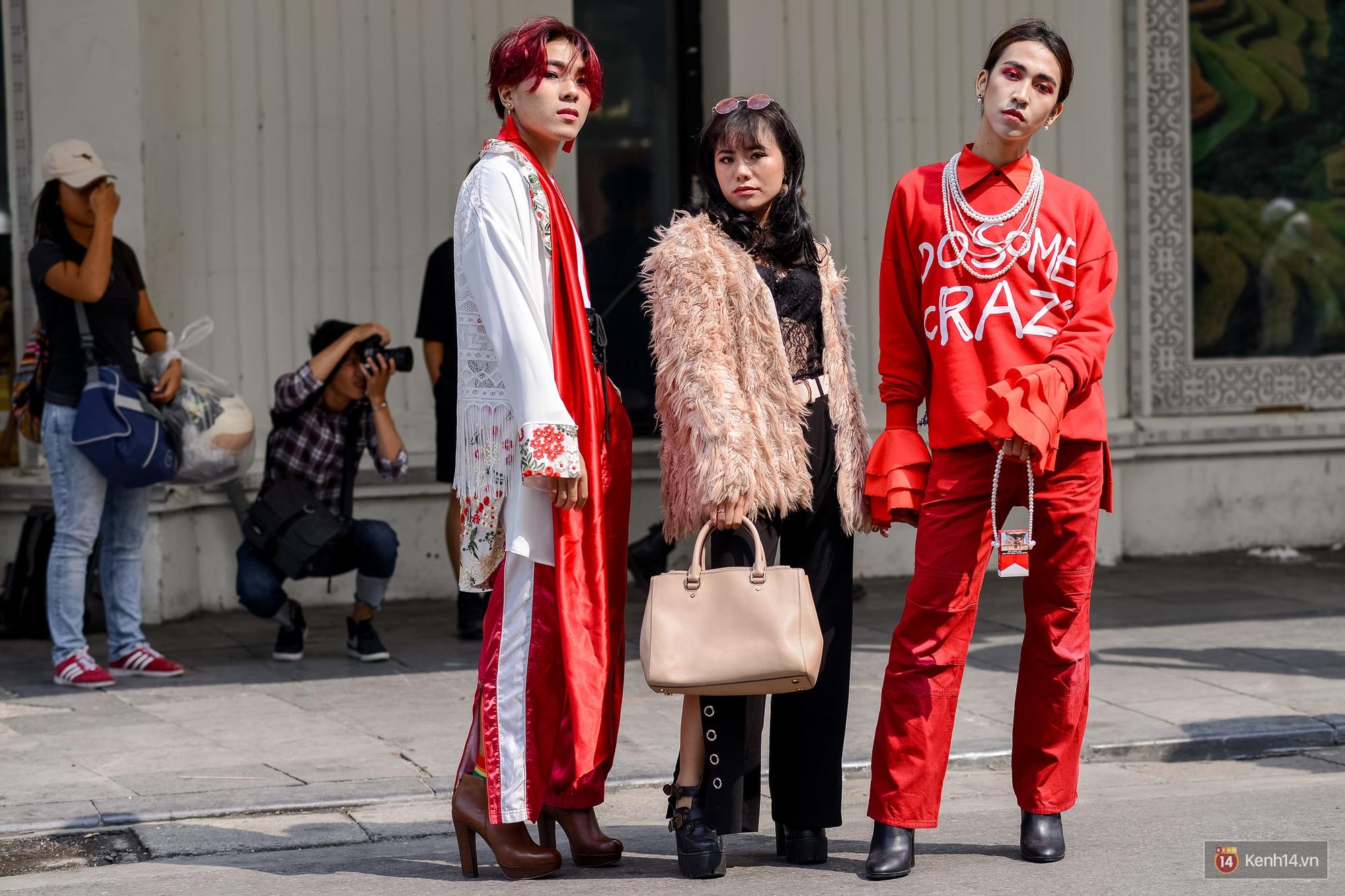 Street style ngày đầu VIFW: Giới trẻ Hà Nội ăn vận lồng lộn hơn hẳn năm trước, các nhóc tì mặc chất gây bão phố đi bộ - Ảnh 8.