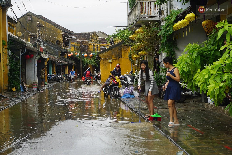 Người dân Hội An trắng đêm lau dọn hàng hóa, nhà cửa khi nước lũ vừa rút - Ảnh 4.