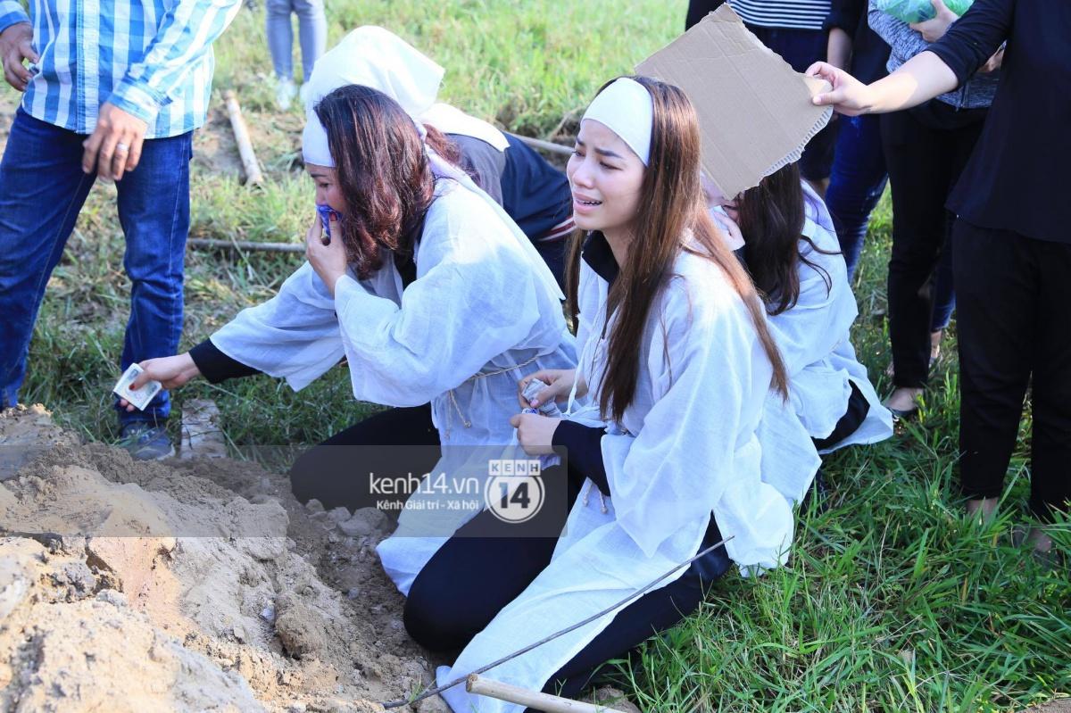 Phạm Hương khóc nấc quỳ bên mộ bố đau đớn nói lời vĩnh biệt - Ảnh 11.