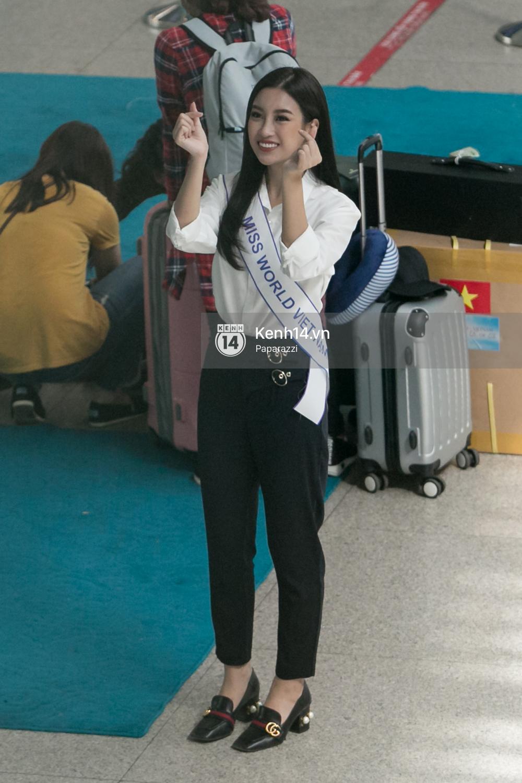 Hoa hậu Mỹ Linh diện trang phục đơn giản, tươi tắn bên mẹ và người hâm mộ tại sân bay Tân Sơn Nhất - Ảnh 13.