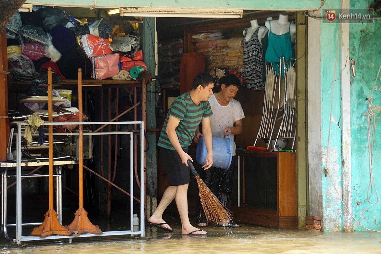 Người dân Hội An trắng đêm lau dọn hàng hóa, nhà cửa khi nước lũ vừa rút - Ảnh 3.