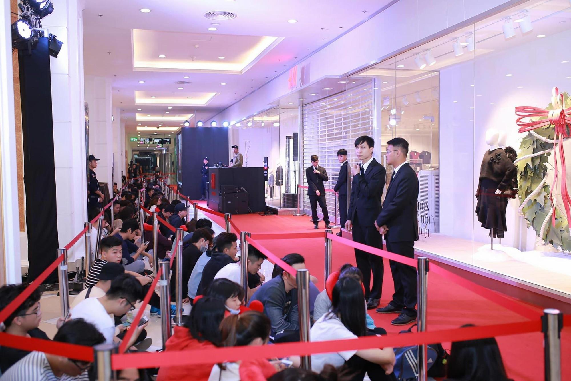 Khai trương H&M Hà Nội: Có hơn 2.000 người đổ về, các bạn trẻ vẫn phải xếp hàng dài chờ được vào mua sắm - Ảnh 36.