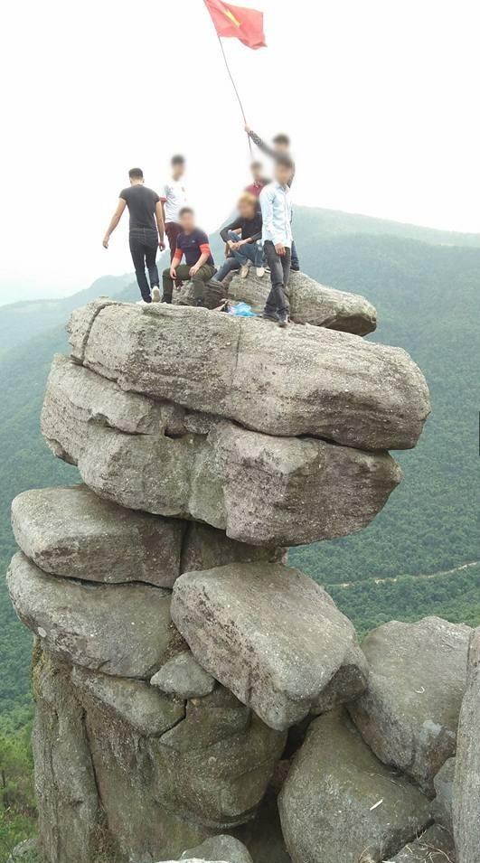 Tranh cãi việc các nhóm phượt leo lên mỏm đá cao, chông chênh ở núi Đá Chồng để chụp ảnh - Ảnh 1.