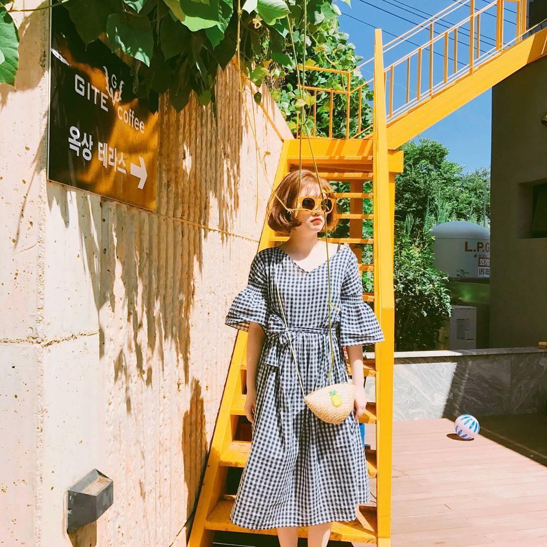 Bộ váy này đang được con gái Việt diện suốt trên Instagram, chứng tỏ gingham là hot trend phá đảo Hè 2017 - Ảnh 12.