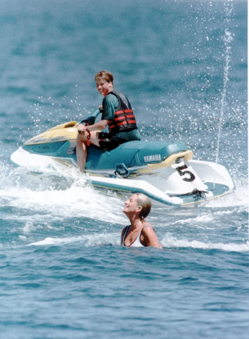 Chùm ảnh: Những khoảnh khắc hạnh phúc và ngọt ngào của Công nương Diana bên các con - Ảnh 17.