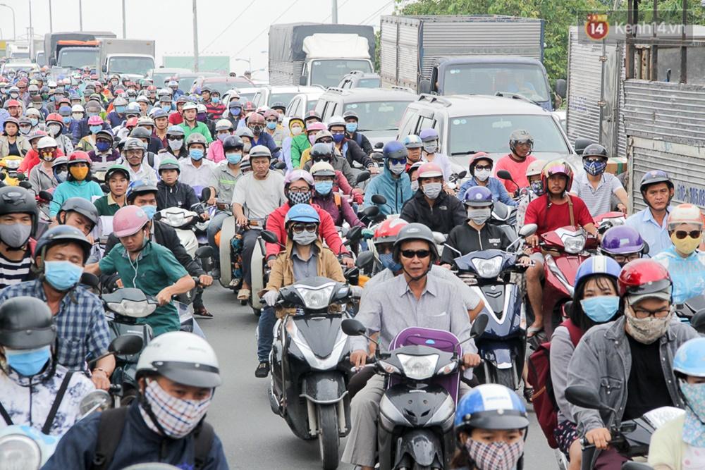 Sài Gòn ngập cả buổi sáng sau trận mưa đêm, nhân viên thoát nước ra đường đẩy xe chết máy giúp người dân - Ảnh 13.