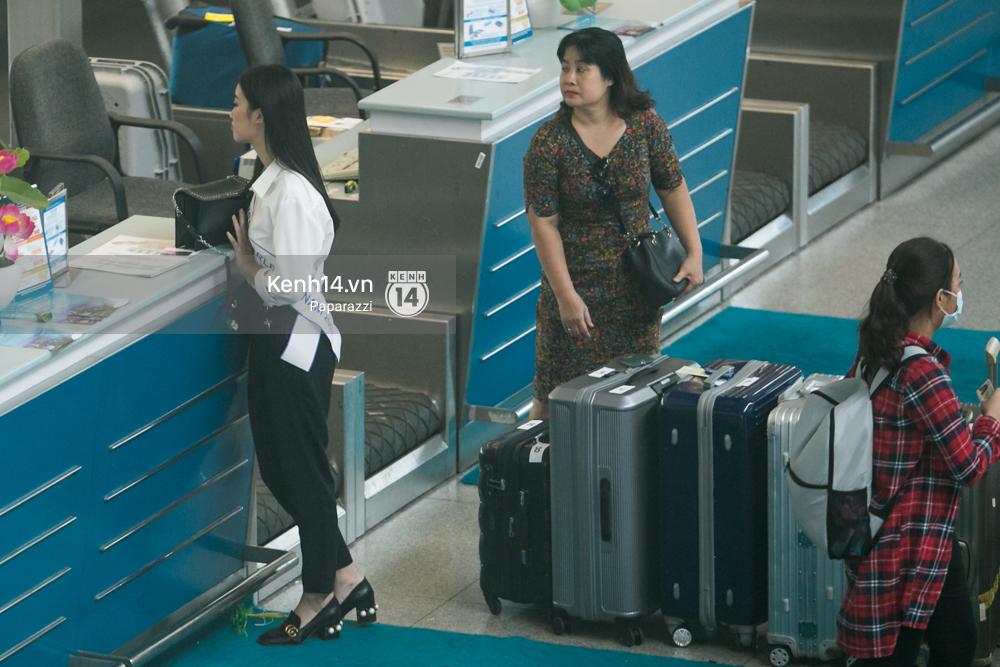 Hoa hậu Mỹ Linh diện trang phục đơn giản, tươi tắn bên mẹ và người hâm mộ tại sân bay Tân Sơn Nhất - Ảnh 14.
