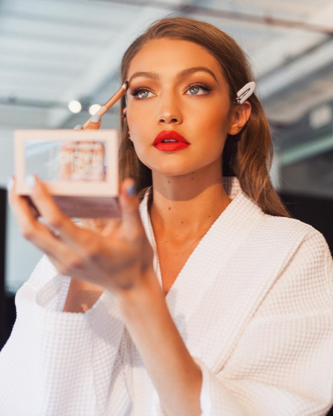 Gigi Hadid ra mắt BST mỹ phẩm hàng khủng đầy đủ từ son lì đến phấn mắt, mascara... - Ảnh 1.