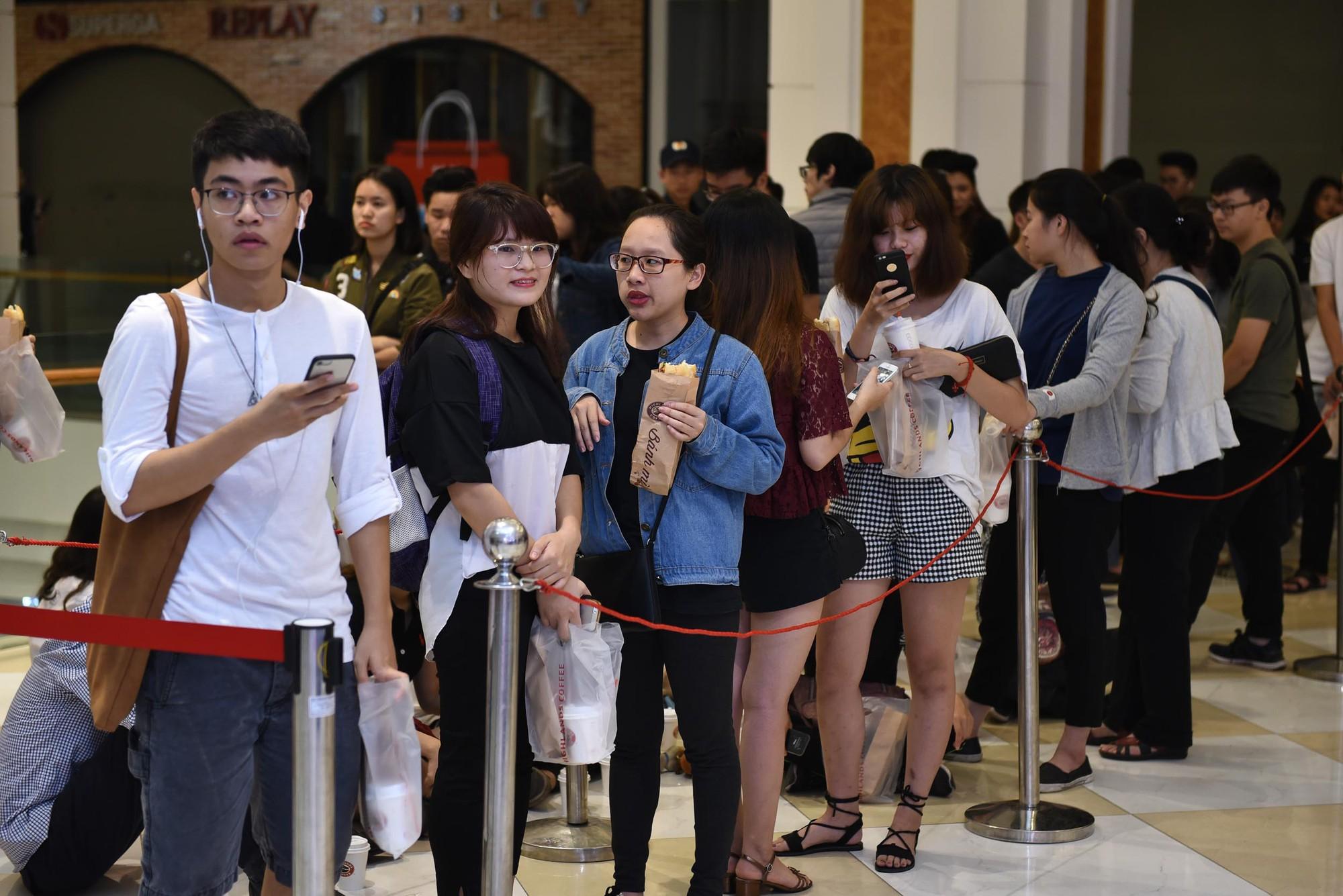 Khai trương H&M Hà Nội: Có hơn 2.000 người đổ về, các bạn trẻ vẫn phải xếp hàng dài chờ được vào mua sắm - Ảnh 35.
