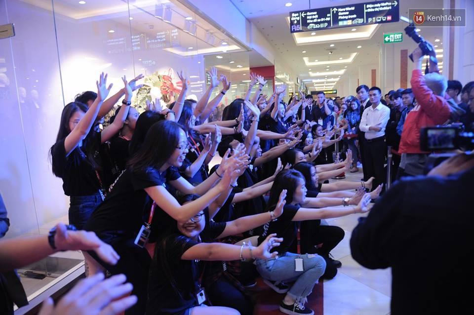 Dàn nhân viên H&M quẩy cực sung trong ngày khai trương tại Hà Nội - Ảnh 6.