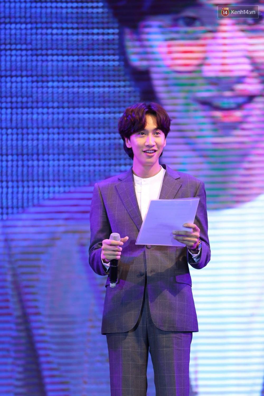 Kwang Soo xuất hiện bảnh trai, Haha trình diễn cuồng nhiệt trong tiếng hò reo của hàng ngàn fan Việt - Ảnh 1.