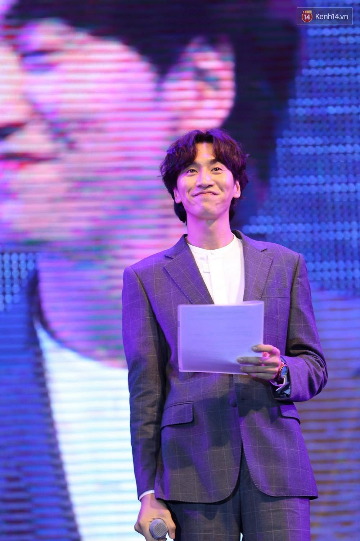 Kwang Soo xuất hiện bảnh trai, Haha trình diễn cuồng nhiệt trong tiếng hò reo của hàng ngàn fan Việt - Ảnh 2.