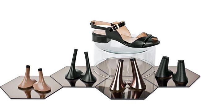 Các cô gái sẽ thèm thuồng muốn có đôi giày thay gót vi diệu bấm một cái là ra kiểu khác - Ảnh 4.