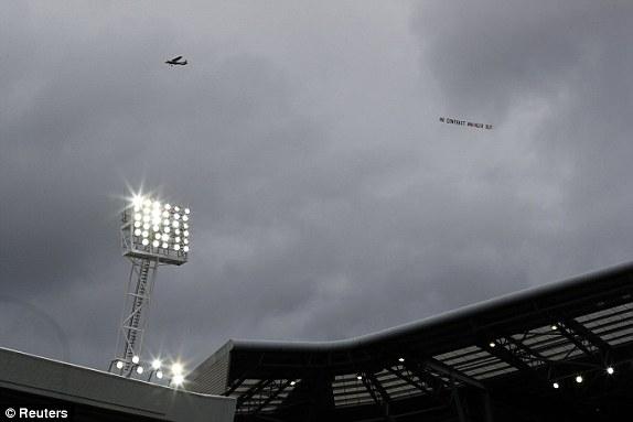 Fan Arsenal tạo nên cảnh tượng lần đầu tiên xuất hiện ở Premier League - Ảnh 2.