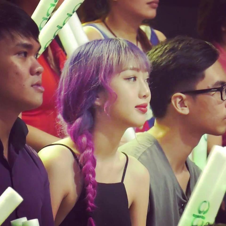 Cô gái tóc tím vô tình nổi tiếng khi làm khán giả của Giọng ải giọng ai - Ảnh 1.