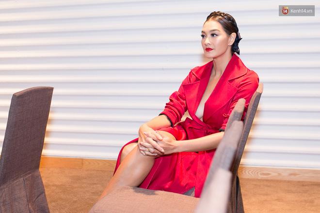 HLV Lukkade lên talkshow Thái Lan nói về scandal đi trễ và Hữu Vi ngồi trên bàn tại họp báo The Face Việt - Ảnh 4.