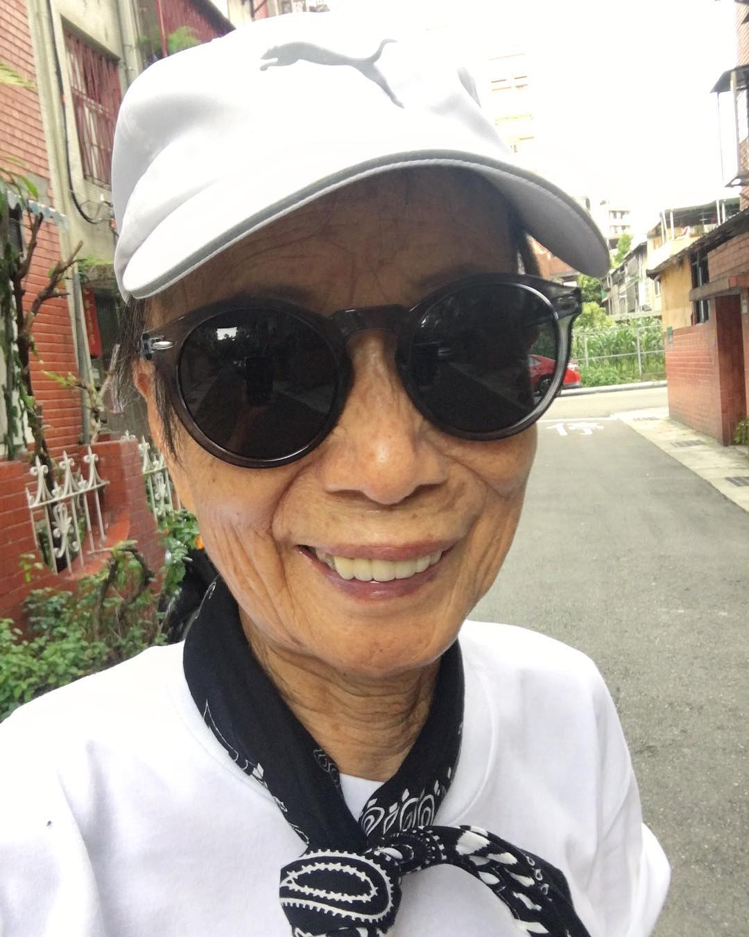 Chỉ 2 tuần sau khi xuất hiện trên Instagram, cụ bà 88 tuổi này đã trở thành hiện tượng thời trang xứ Đài - Ảnh 15.