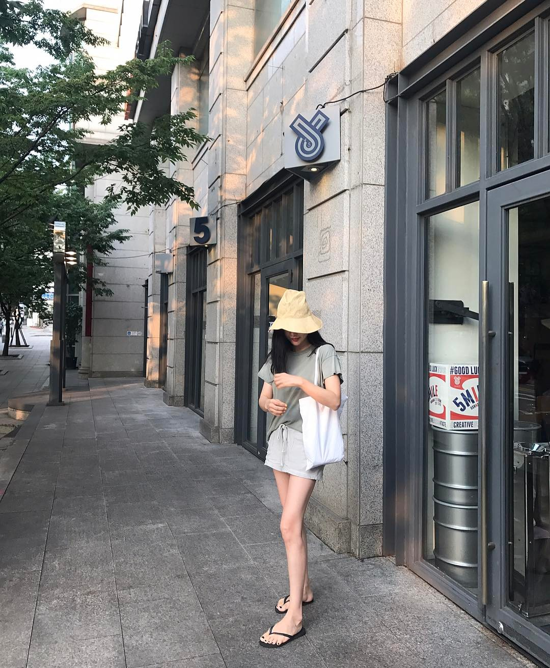 Dép tông, dép lào giờ đã thành món đồ sành điệu, được các fashionista xứ Hàn diện cùng đồ đi chơi cực chất - Ảnh 16.