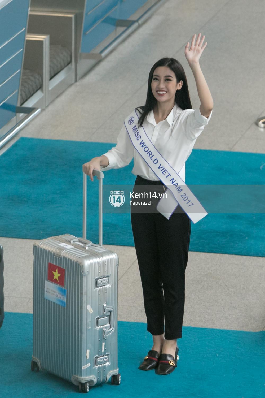 Hoa hậu Mỹ Linh diện trang phục đơn giản, tươi tắn bên mẹ và người hâm mộ tại sân bay Tân Sơn Nhất - Ảnh 15.
